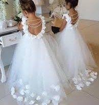 صورة فساتين بيضاء للاطفال , اطلالة ملكية بالابيض لطفلتلك 383 13 194x205