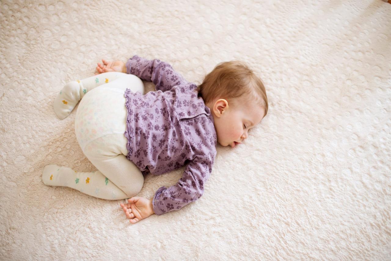 صورة نوم الطفل على بطنه , طرق نوم للاطفال